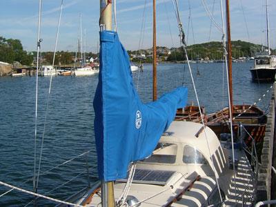 Båt med blått bomkapell i förgrunden
